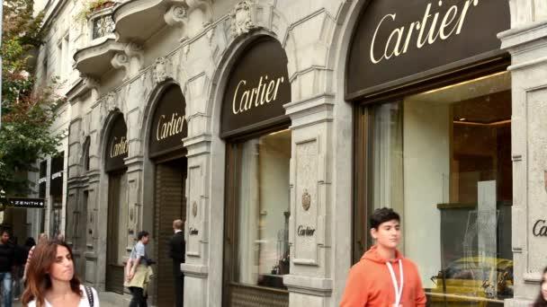 luxusní obchod (vnější) s lidmi - cartier. pařížské ulice v Praze