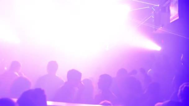 gente che balla a una festa (discoteca) - luci del palcoscenico