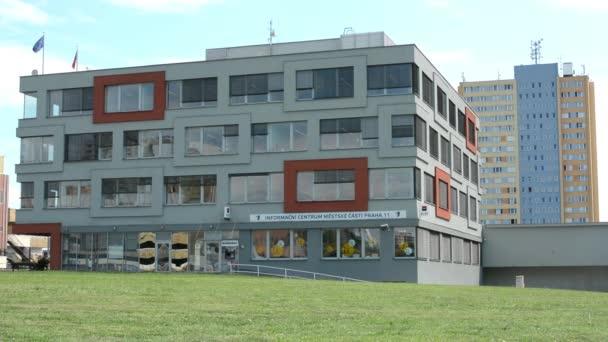 moderní radnice s high-vzestup blok bytů v pozadí