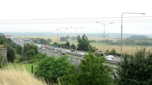 silnice a auta s přírodou