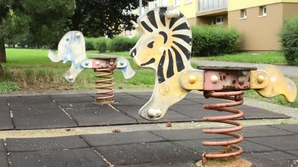 Spielplatz mit Natur - Schaukel