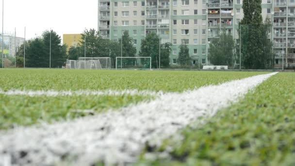 fotbal pozemní - byty v pozadí