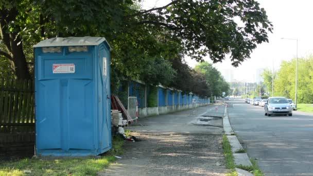 moderní latrínu u silnice ve městě město - projíždějících aut - v pozadí