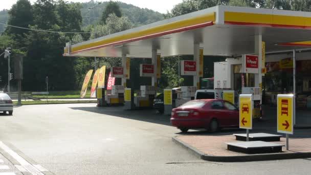 čerpací stanice (olejové čerpadlo) shell v městě - s vozy a lidé