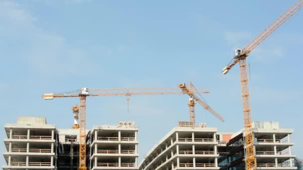 stavební jeřáb - modrá obloha