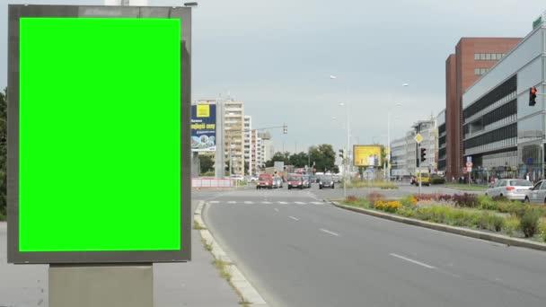 Billboard ve městě poblíž silnice - fabion - budova, auta a lidé