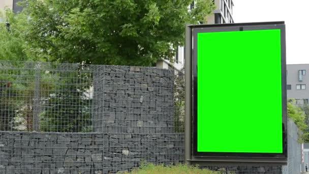 Billboard ve městě - fabion - kamenná zídka se stromy - budova