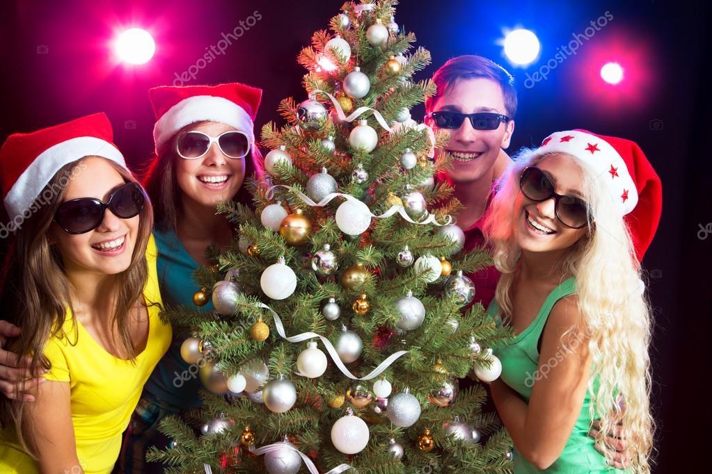 Gente Feliz En Navidad.Gente Feliz Alrededor Del Arbol De Navidad Foto De Stock