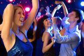 szép lány egy partin tánc