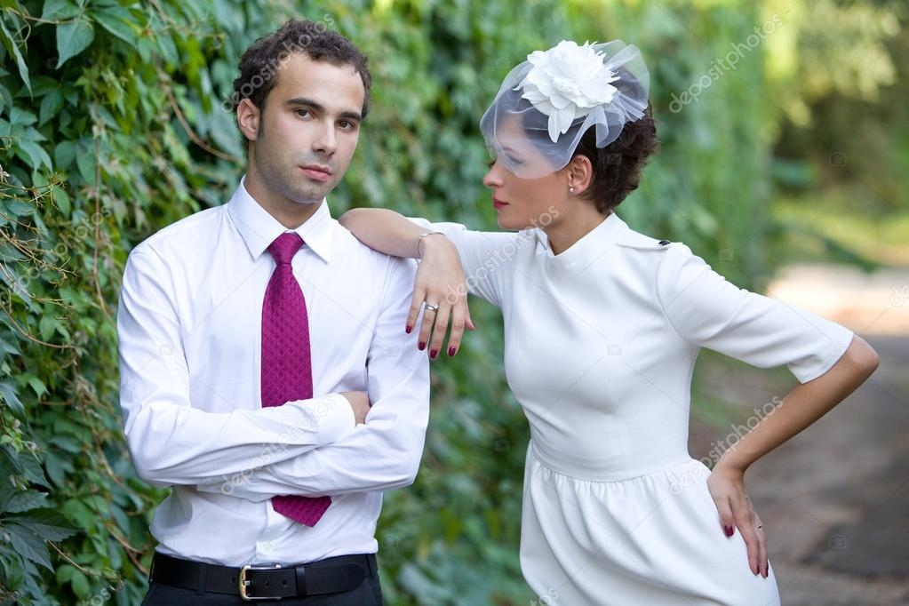 Braut Und Brautigam Auf Ihrer Hochzeit Braut In Stilvoller Mantel