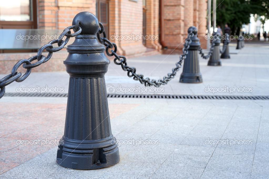 Zaun Metall Stangen und Ketten auf der Straße — Stockfoto © 8th ...