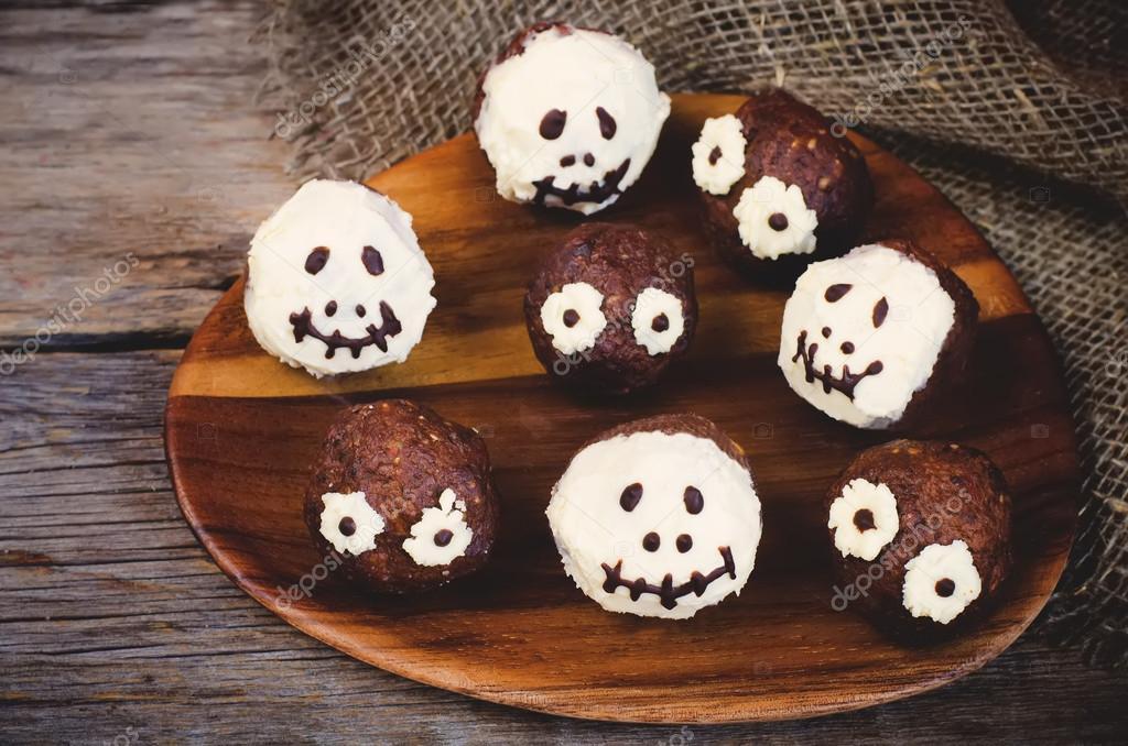 Schokoladenkuchen In Form Von Monstern Und Skelette Fur Kinder
