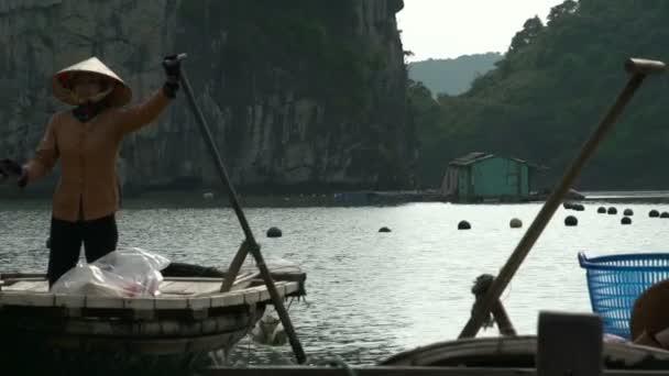 vietnami nő várja itt csónakokkal turisták vitorlás túra