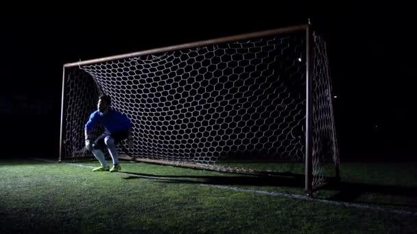 fotbalový brankář v akci - super slow motion
