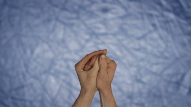ruce ukazující dar světla