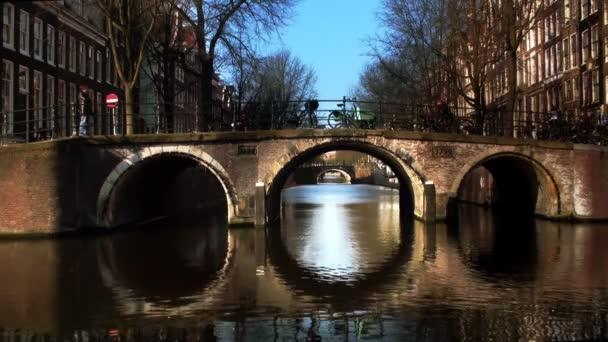 typický amsterdam most s cyclis