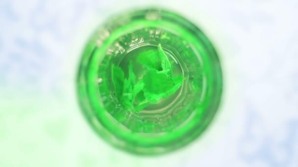 plné hd klip skla čaj z čerstvé máty s zelené máty plovoucí v šálku horké vody