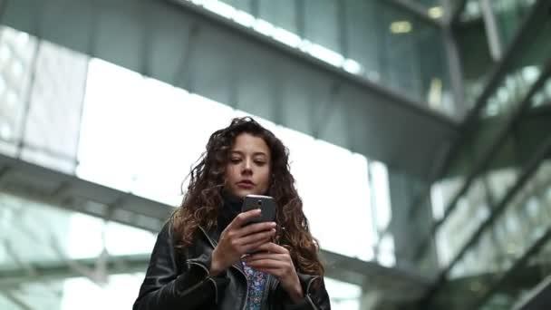 atraktivní mladá žena pomocí její telefon najít směry