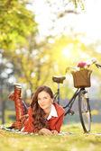 Fotografie žena s kol v parku