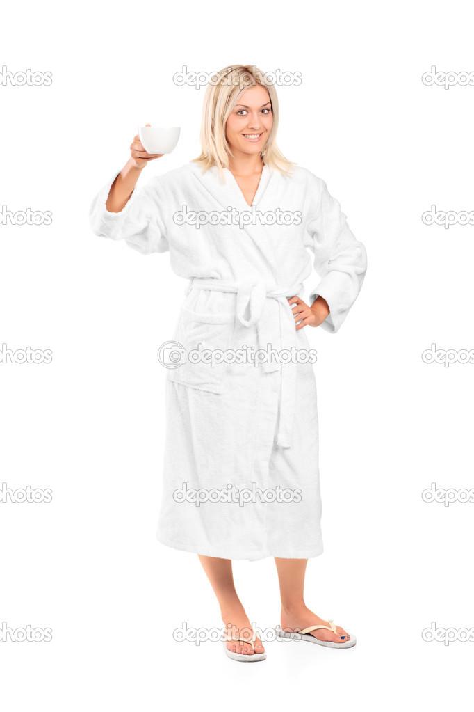 4f18ee61ca92 Retrato de cuerpo entero de una mujer joven en bata de baño con una taza de  café aislada sobre fondo blanco — Foto de ljsphotography