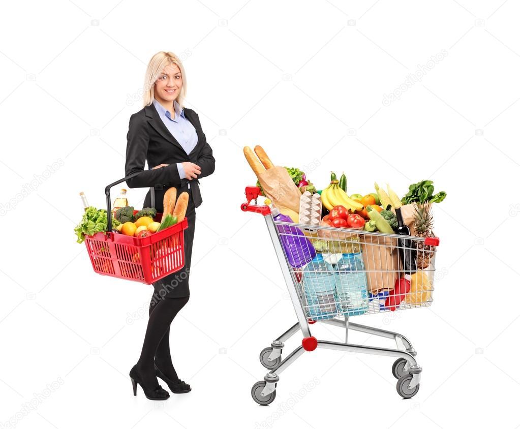 Mujer sosteniendo el carro y la cesta de compras foto de - Carrito dela compra ...