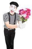 umělec MIME drží kytici květin