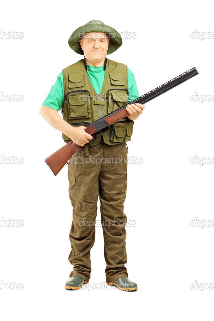 Retrato de longitud completa del hombre cazador sosteniendo un rifle  aislado sobre fondo blanco — Foto de ljsphotography b53c05425c6