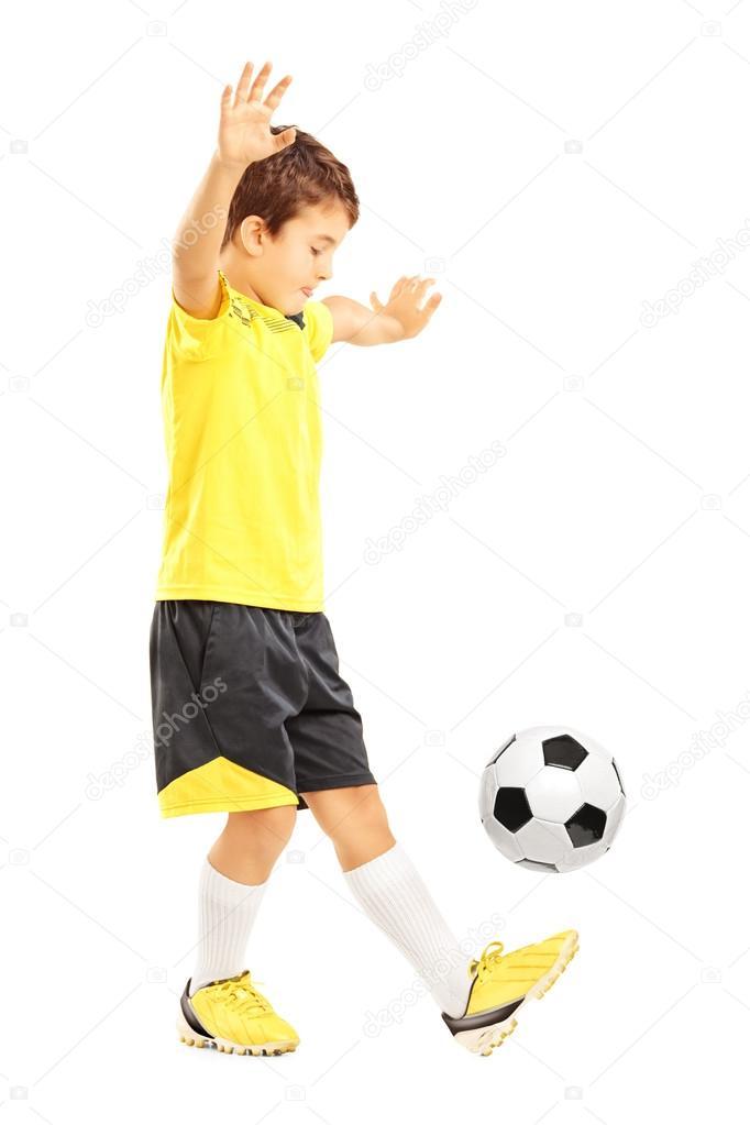 Retrato de cuerpo entero de niño en ropa deportiva que traquea un balón de  fútbol aislado sobre fondo blanco — Foto de ljsphotography accd90675a612