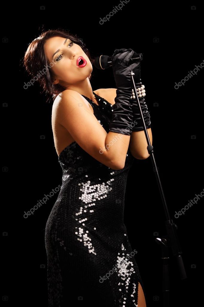 Mujer vestida de negro cantando
