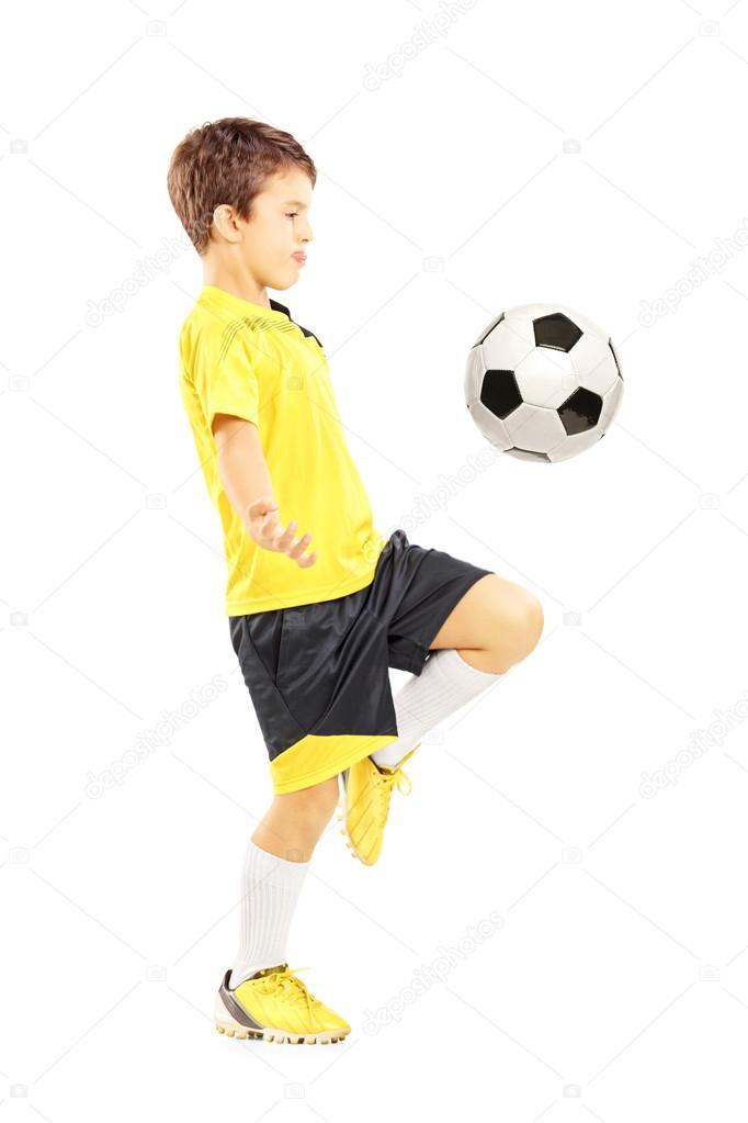 Retrato de cuerpo entero de un niño en ropa deportiva que traquea con un  balón de fútbol aislado sobre fondo blanco — Foto de ljsphotography 0fe26a0ee48fb