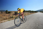 cyklista na koni na kole na silnici