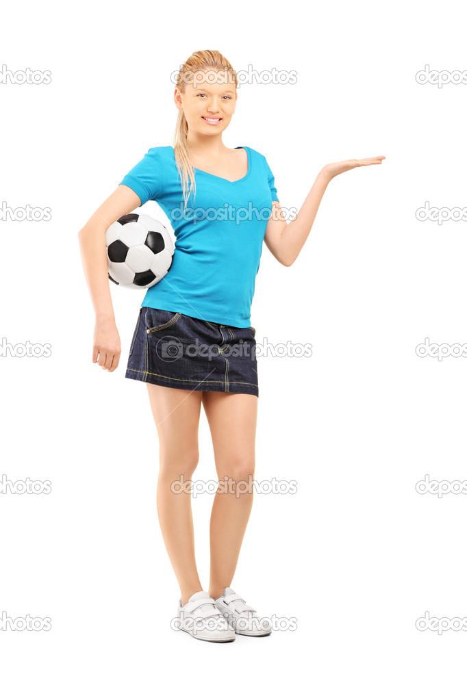 a8656f232771a Retrato de cuerpo entero de una hembra joven sosteniendo una pelota de  fútbol y gesticular aislaron sobre fondo blanco — Foto de ljsphotography