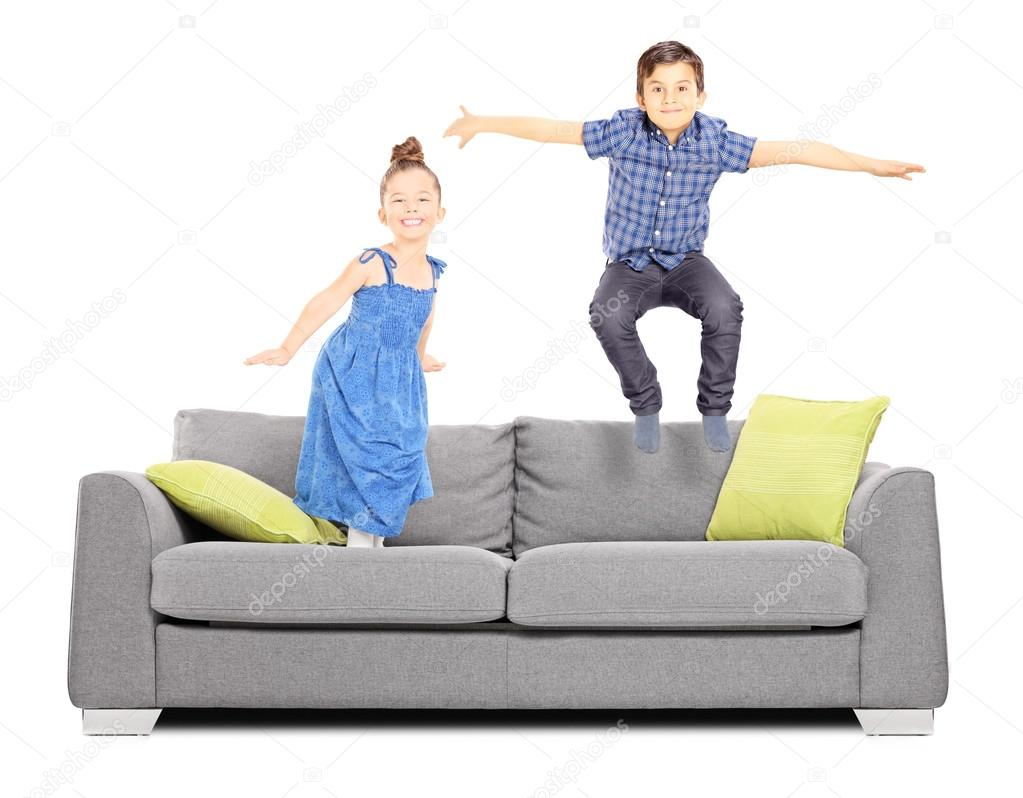 Фото детей прыгающих на диване 49