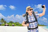 turistické brát selfie na pláži