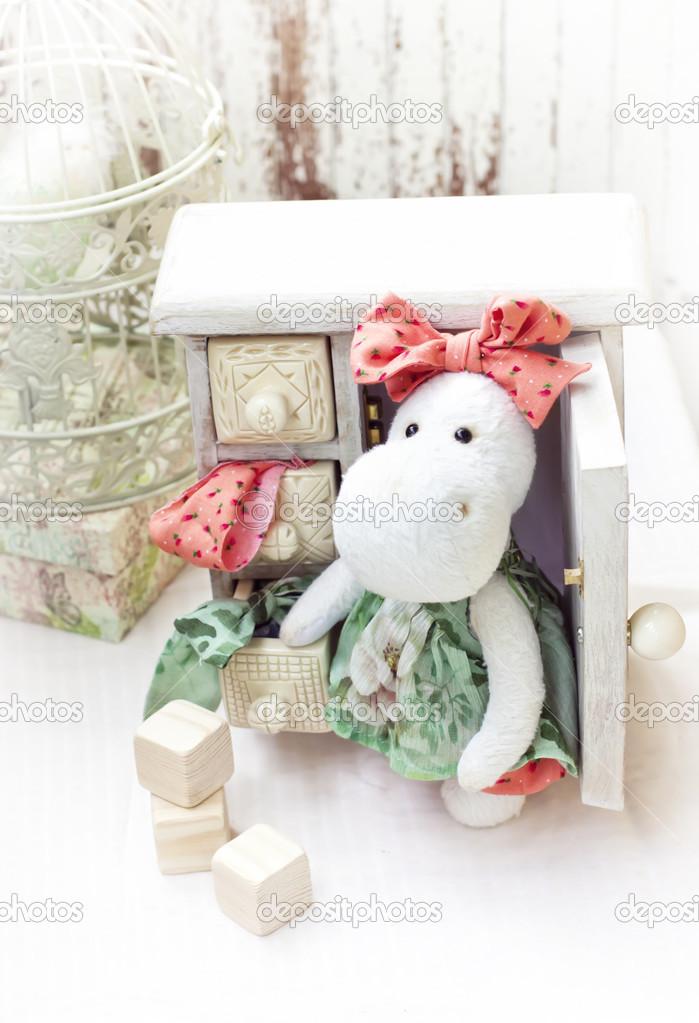 juguete blanco hipopótamo con textil y accesorios de costura — Fotos ...