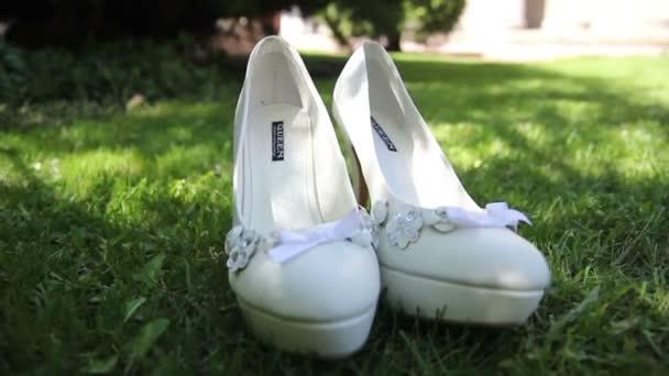 fehér esküvő menyasszonyi cipő, a fű