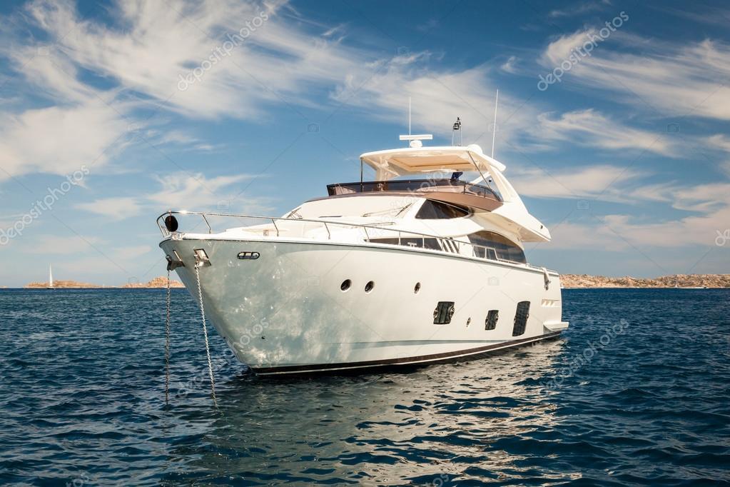 Yacht bianco costoso ancorato