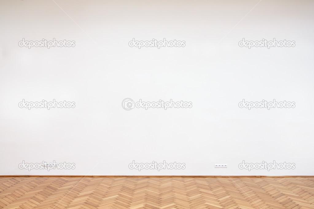 Große Weiße Wand Mit Holzboden Fliesen Stockfoto Movingmoment - Weiße große fliesen