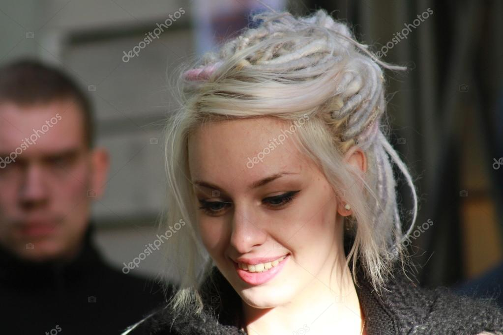 muchacha joven en la imagen de daenerys targaryen — Foto editorial ...