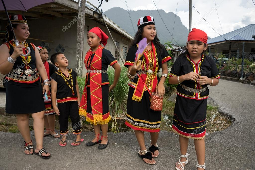 Vector Gawai Dayak Sarawak Malaysia June 1 2014 A Bidayuh Family Dressed In Traditional Costumes Waits For The Street Parade To Pass By Their Home To Celebrate The Gawai Dayak Festival