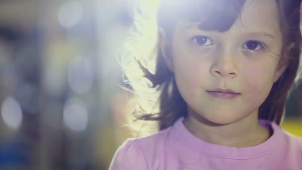 portréty dětí v obchodě, šťastné ženské dítě dělá výrazy obličeje a úsměvu, hraní a při pohledu na fotoaparát pomalý pohyb v úložišti. sekvence. model taisiya kalchynskaya