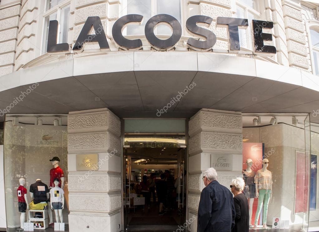 Берлин, Германия - mai 30, 2014  магазин Lacoste в берлинском  Курфюрстендамме. Lacoste - французская компания по производству одежды,  основанная в 1933, ... d455a7eaba3