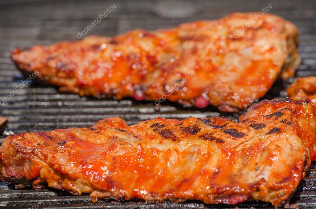 Grille Spareribs På Gasgrill : Spareribs on grill with hot marinade u stock photo peteer