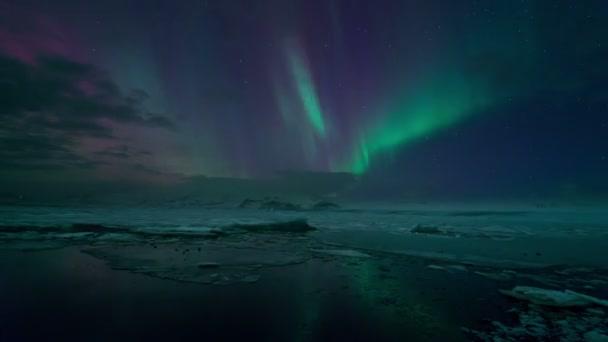 polární záře (aurora) nad jokulsarlon ledovcová laguna, Island