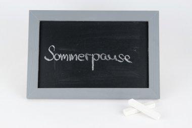 Tafel Sommerpause mit Kreide