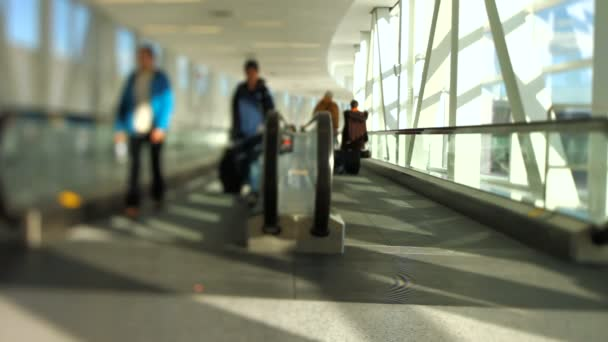 Flughafenreisende verschieben Gehweg-Neigung