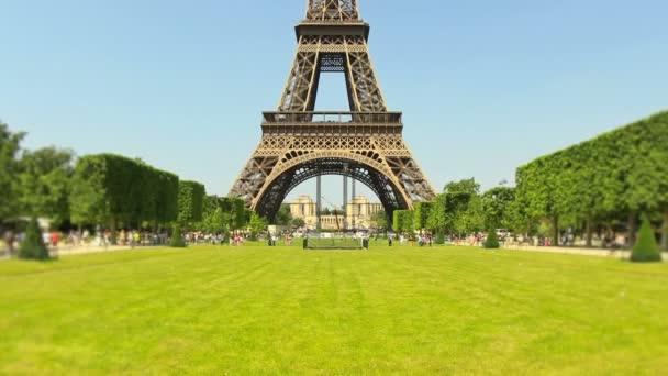 Eiffelova věž v pozadí.