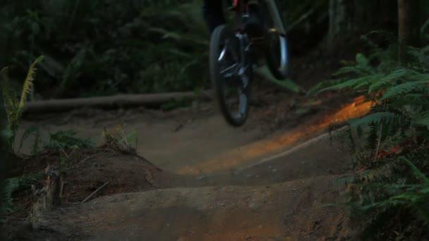 Hora biker jít přes skoky