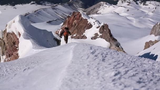 Hegymászó járkált fel ridge