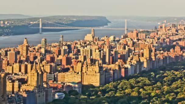 Paesaggio urbano di New York durante il tramonto